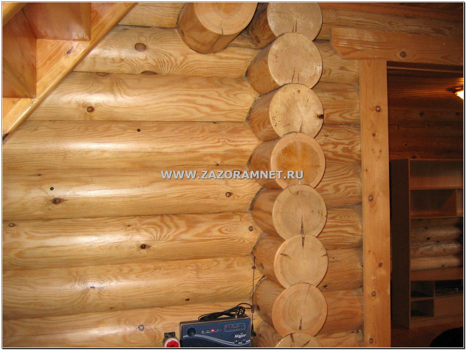 щели между бревнами в стене бревенчатого дома после усадки