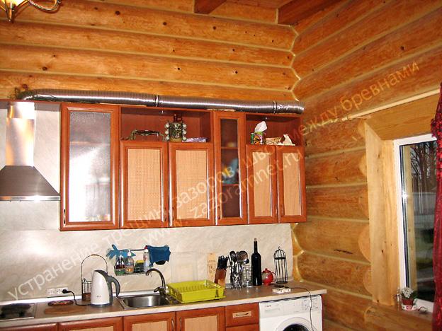 щели между бревнами на кухне