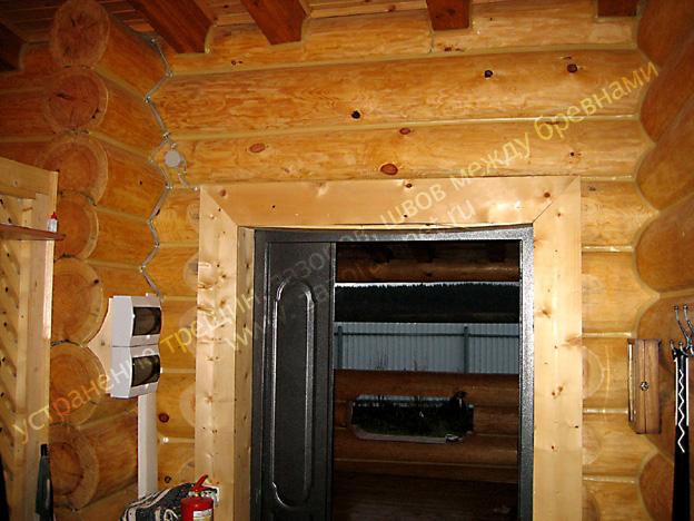 стена бревенчатого дома после работ по утеплению герметиком
