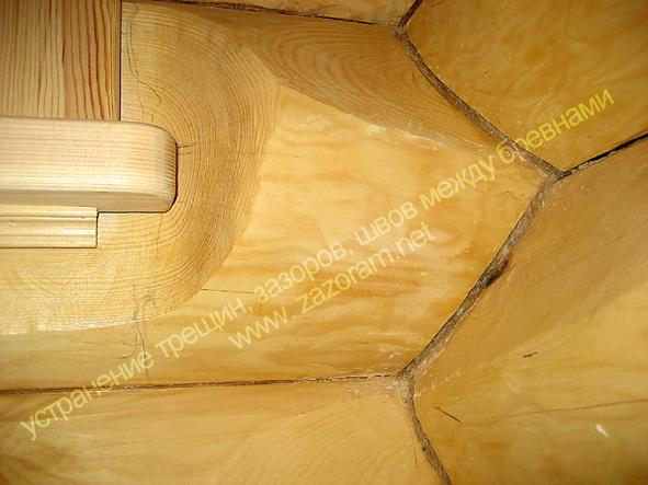щели трещины между бревнами рубленного дома